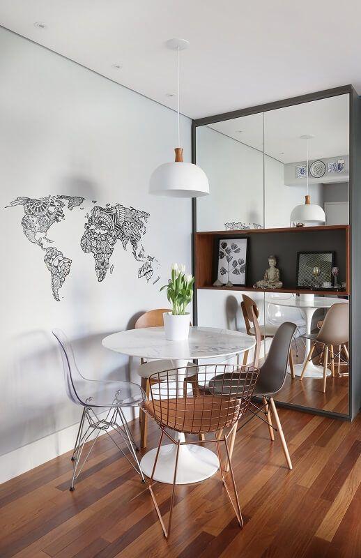 Sala de jantar pequena com lustre branco