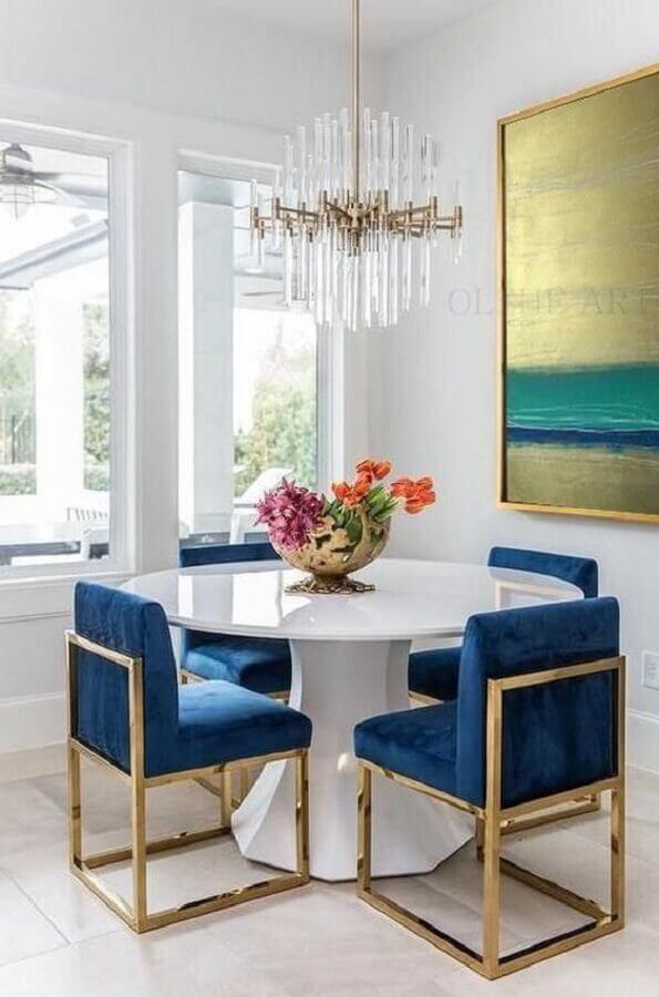 sala de jantar pequena decorada com mesa redonda e cadeira acolchoada moderna azul  Foto Etsy