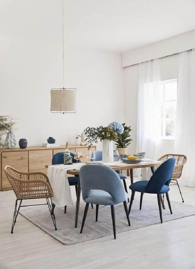 sala de jantar simples decorada com cadeiras acolchoadas azuis  Foto Pinterest