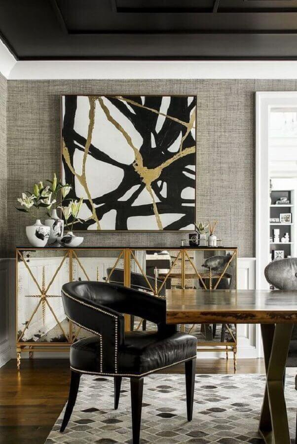 Sala de jantar sofisticada decorada com poltrona preta