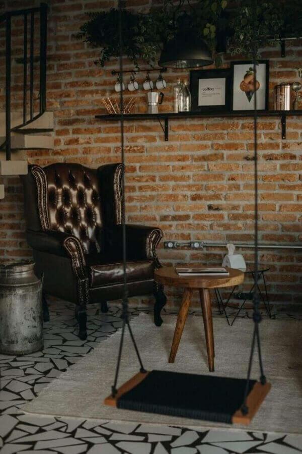 sala decorada com parede tijolinho e poltrona marrom escura clássica Foto Mora Estúdio