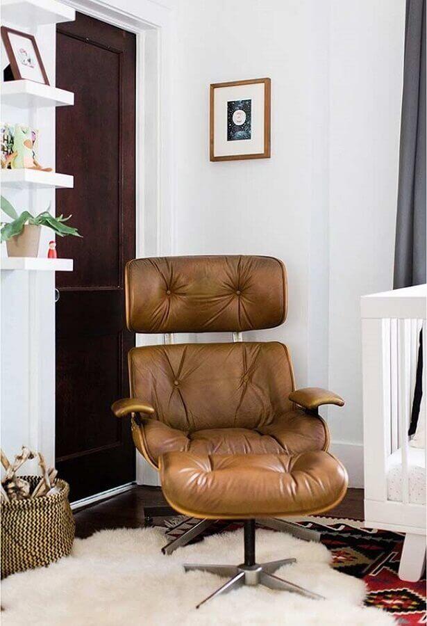 sala decorada com poltrona marrom com puff  Foto Pinterest