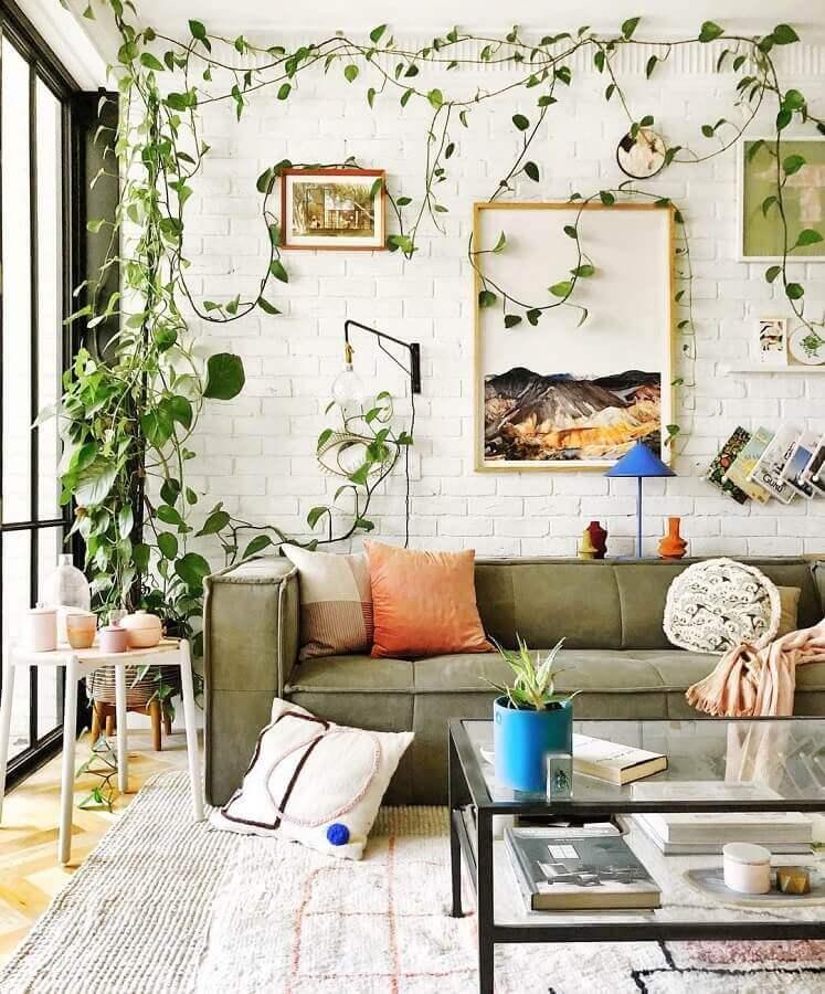 sala decorada com sofá verde oliva e parede de tijolinho branco  Foto Jono Fleming