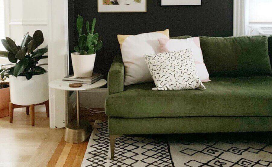 sala decorada com tapete escandinavo e sofá verde musgo Foto Cassie Johs
