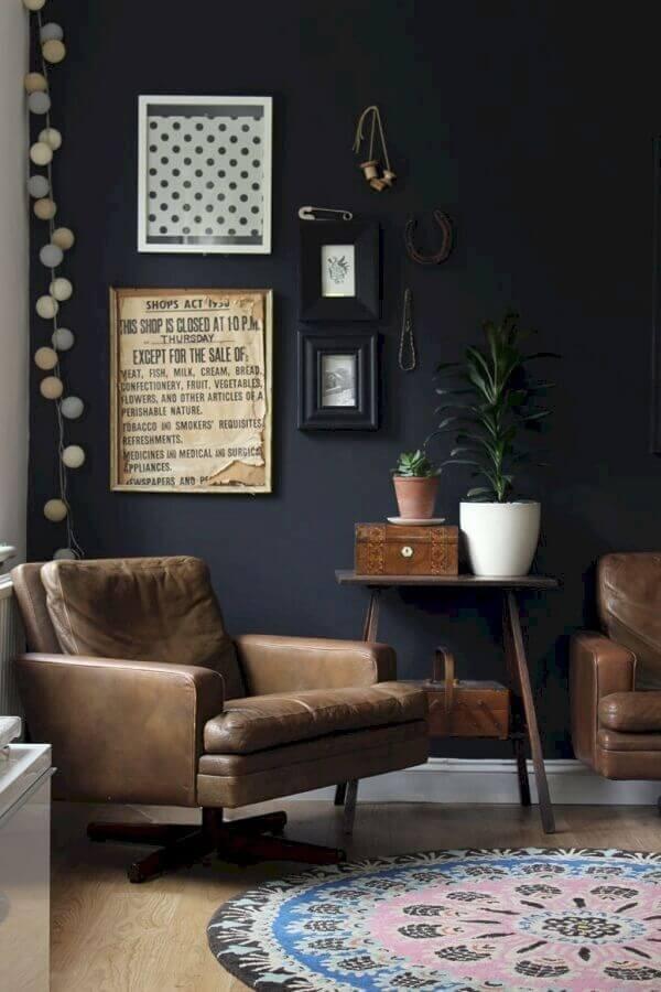sala preta decorada com poltrona marrom giratória Foto Pinterest