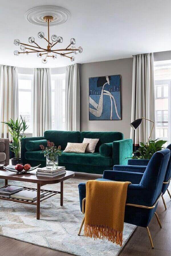 Sofá cor verde escuro para decoração de sala com poltrona azul marinho