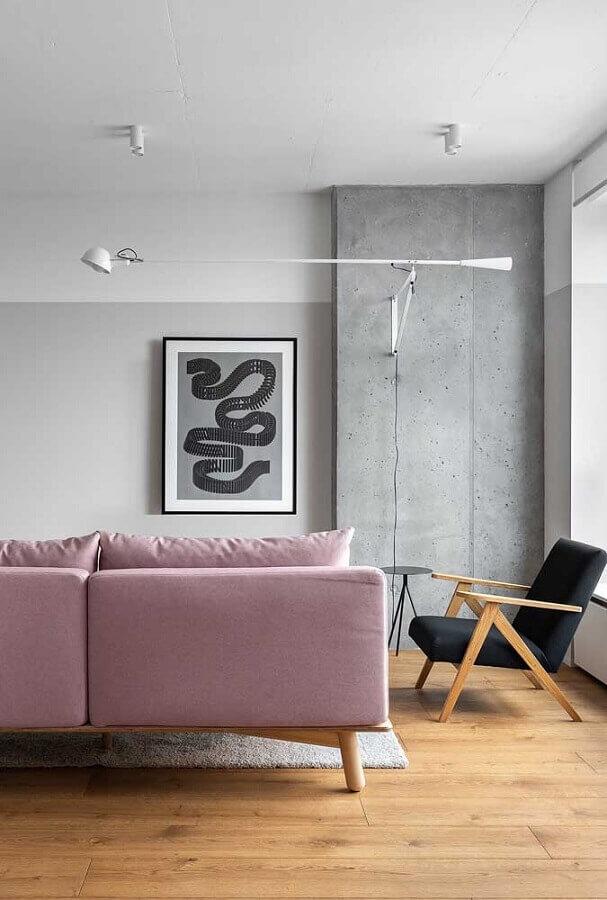 Sofá rosa para sala decorada com poltrona decorativa preta de madeira