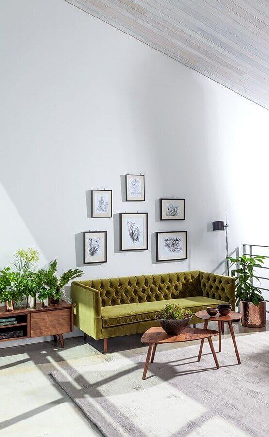 sofá verde oliva capitonê para sala branca decorada com mesa de centro de madeira  Foto Home Design Ideas