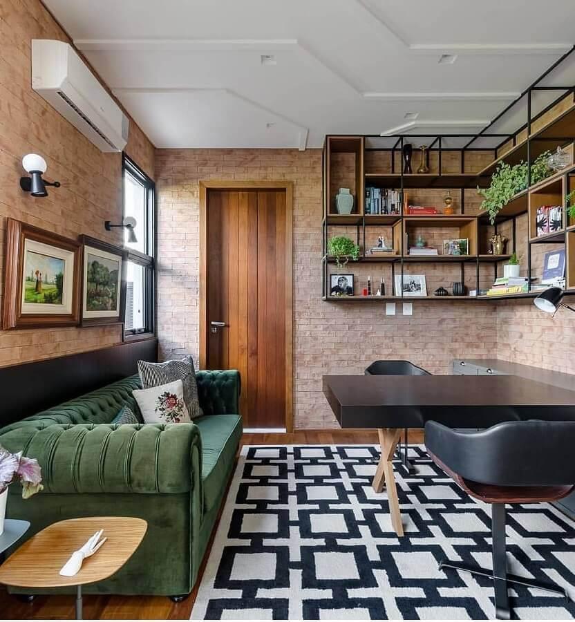 sofá verde oliva para sala decorada com parede de tijolinho à vista  Foto Pinterest