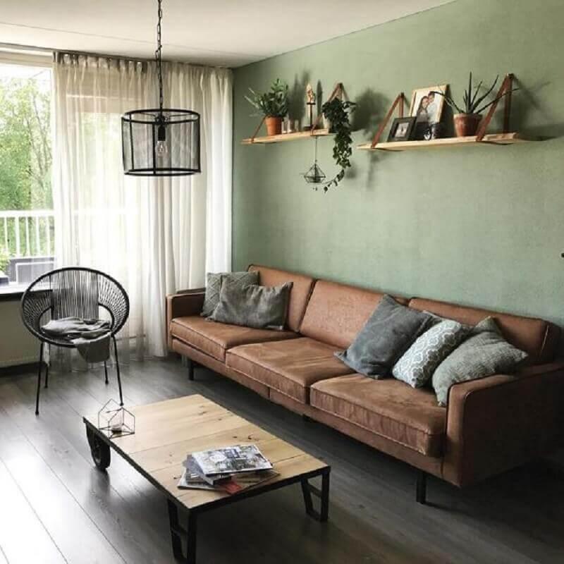 tinta verde oliva para parede de sala simples decorada com sofá marrom  Foto Pinterest