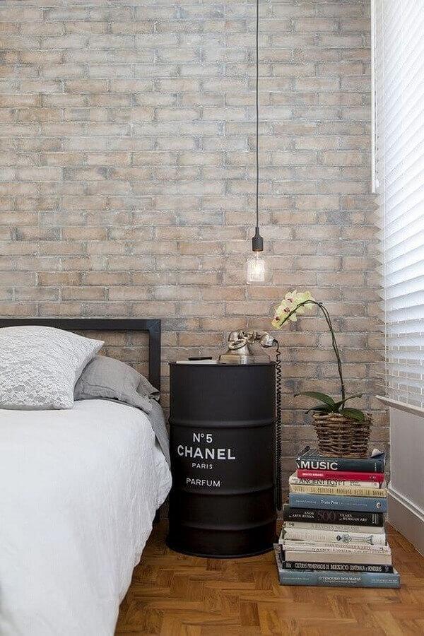 Tonel decorativo para quarto de casal simples decorado com parede tijolinho