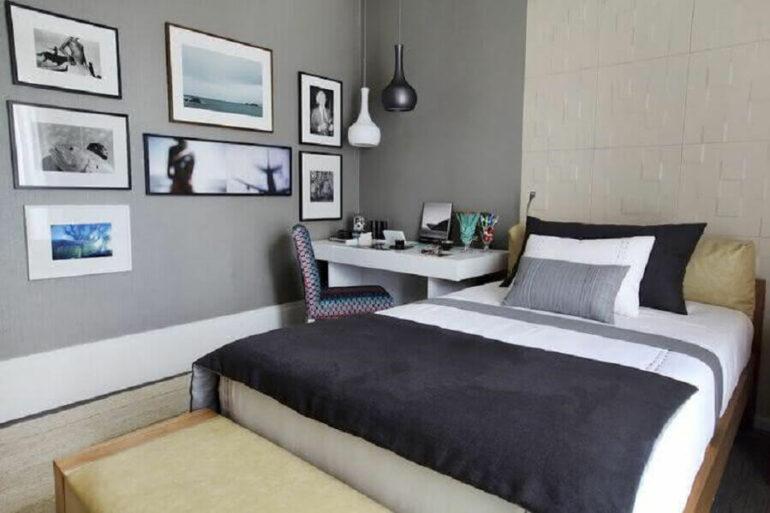 tons de cinza para decoração de quarto de casal simples com escrivaninha branca pequena Foto Moda de Casa