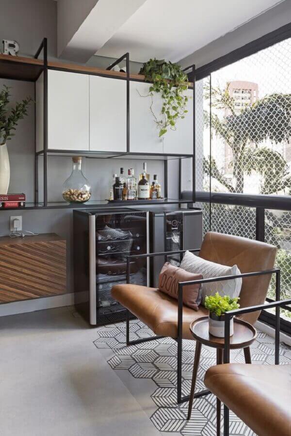 varanda de apartamento com estilo industrial decorada com poltrona marrom moderna Foto Moana Arquitetura