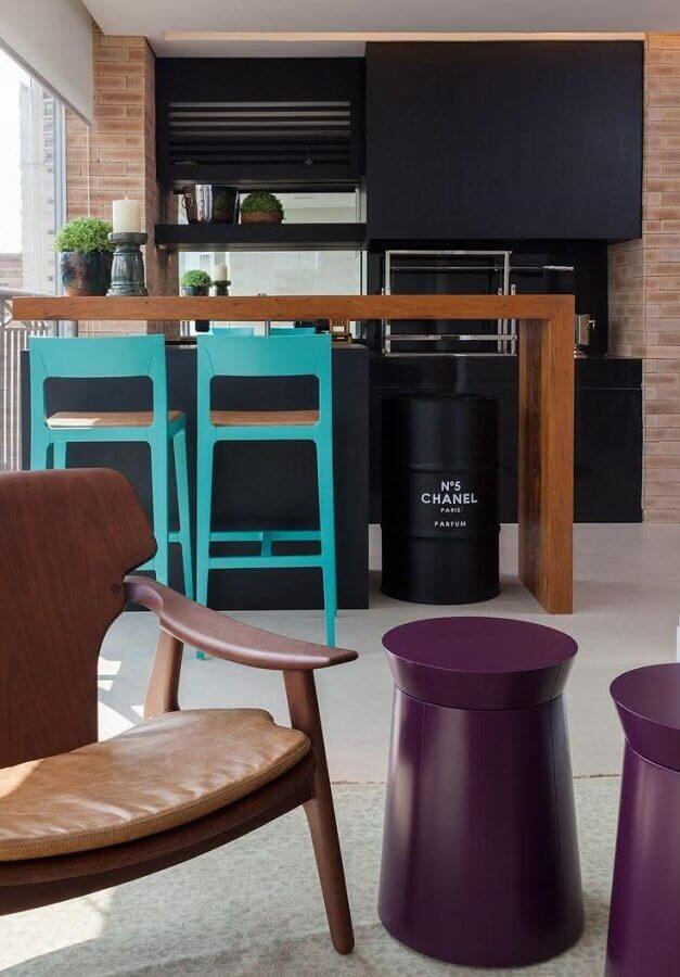 Varanda gourmet moderna decorada com banquetas para bancada coloridas
