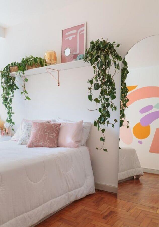 Vasos de plantas para quarto de casal simples decorado com espelho de chão