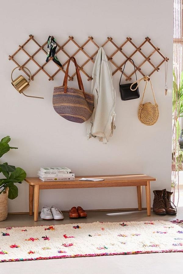 zone extérieure décorée avec banc en bois et support mural pour sacs Foto Reciclar e Decorar