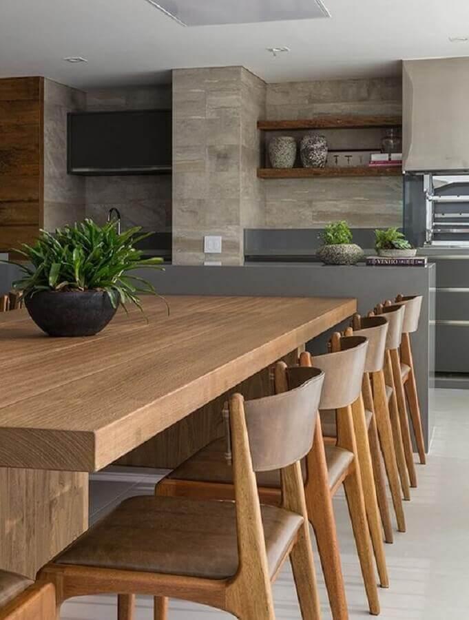 área gourmet moderna com churrasqueira decorada com mesa integrada a ilha Foto Fashion Bubbles