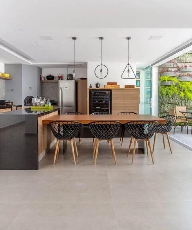 área gourmet moderna com ilha decorada com mesa de madeira Foto Jeito de Casa