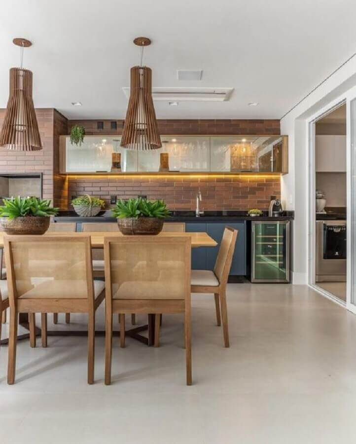 área gourmet moderna decorada com luminária de madeira Foto Pinterest
