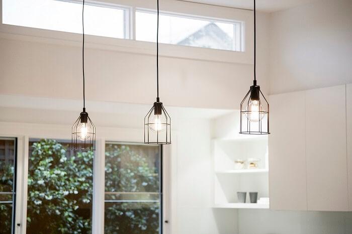 Para ter uma iluminação na residência adequada, conte com um projeto que seja capaz de iluminar todo o ambiente de forma uniforme
