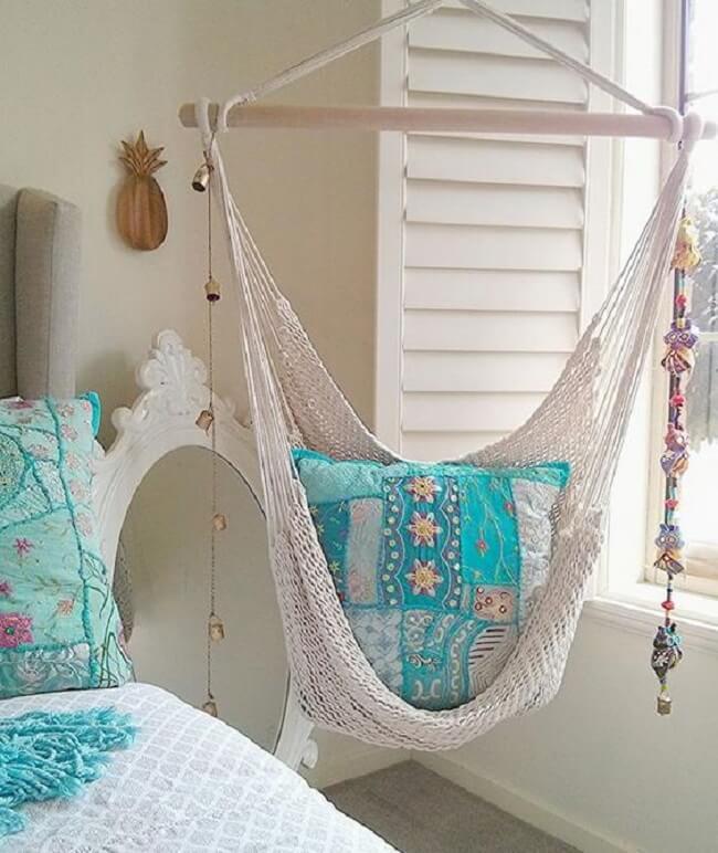 A almofada em patchwork alegra a cadeira de balanço rede