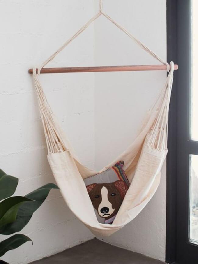 A almofada estampada trouxe charme para a rede cadeira