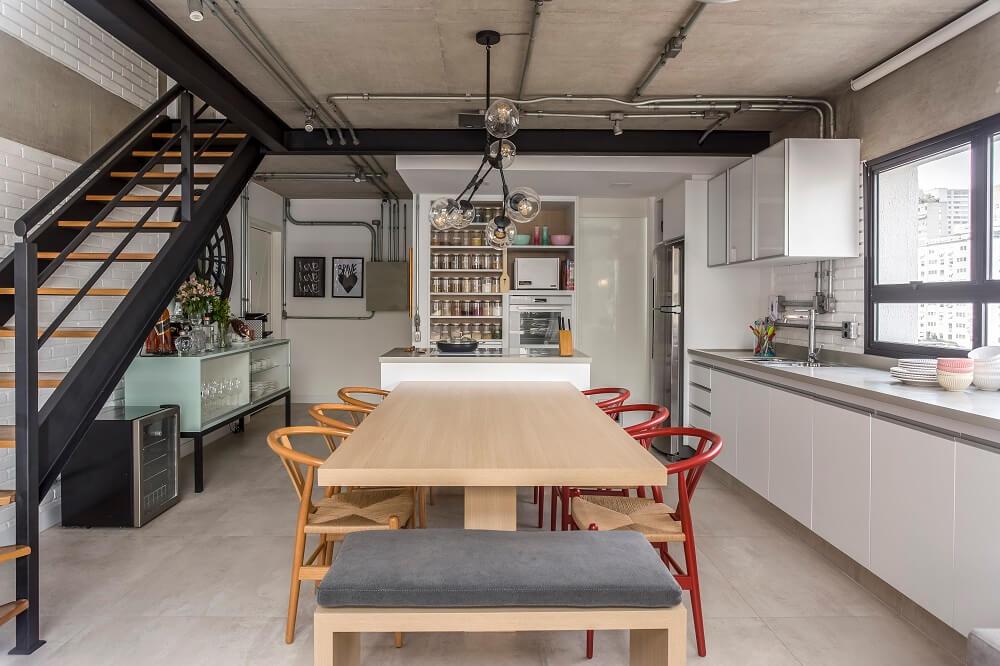 A arquiteta alterou o antigo layout em L e estruturou uma ilha central conectada a mesa de jantar. Foto: JP Image