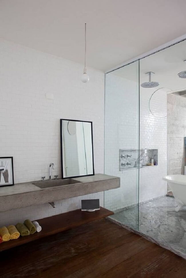 A bancada de banheiro de cimento queimado é uma alternativa para quem está construindo ou reformando. Fonte: Pinterest