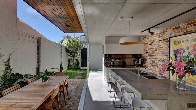 A bancada de cimento queimado é democrática e se destaca em diferentes estilos decorativos. Fonte: Scale Architecture