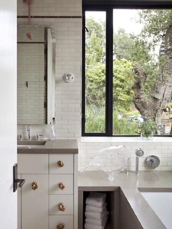 Le comptoir en silestone gris a apporté une touche spéciale à la décoration de la salle de bain