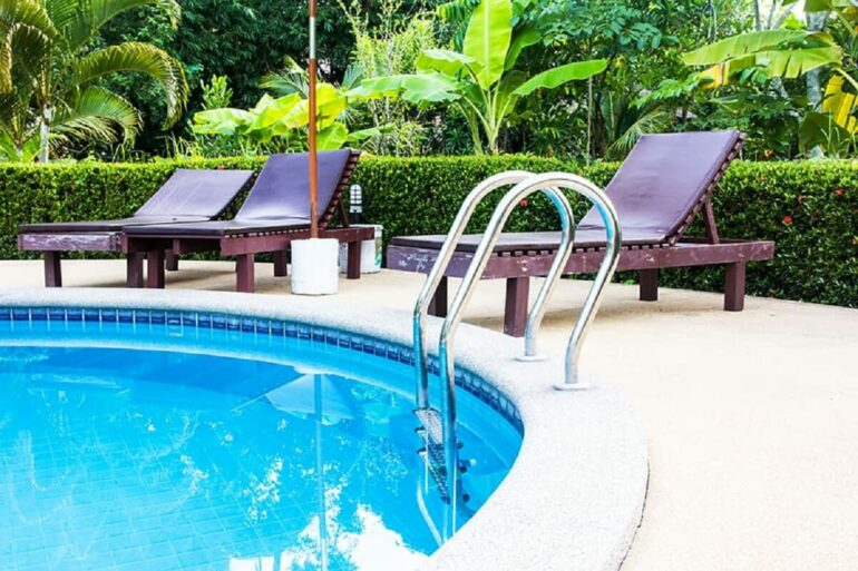 A borda em pedra da piscina redonda se destaca no projeto. Fonte: Pinterest