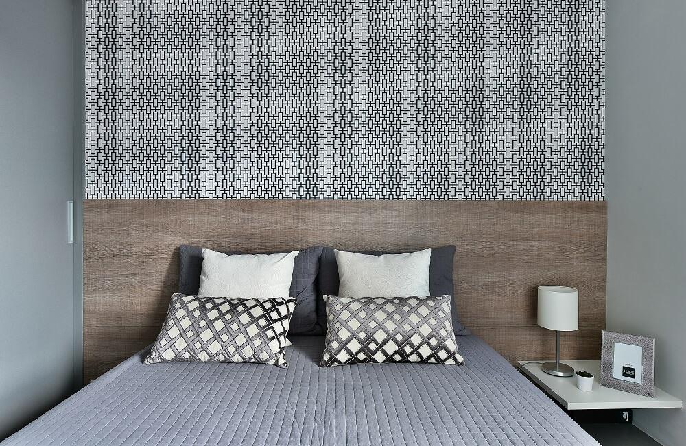 La tête de lit en bois se connecte parfaitement au papier peint géométrique.  Photo: Poupée Sidney