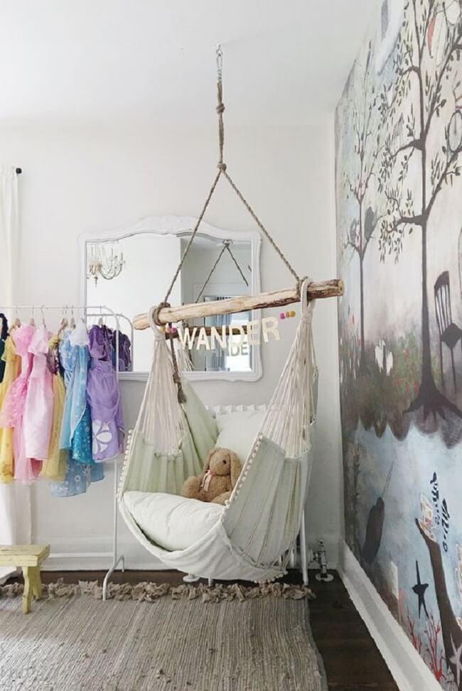 A cadeira de rede suspensa decora e traz conforto para o quarto infantil