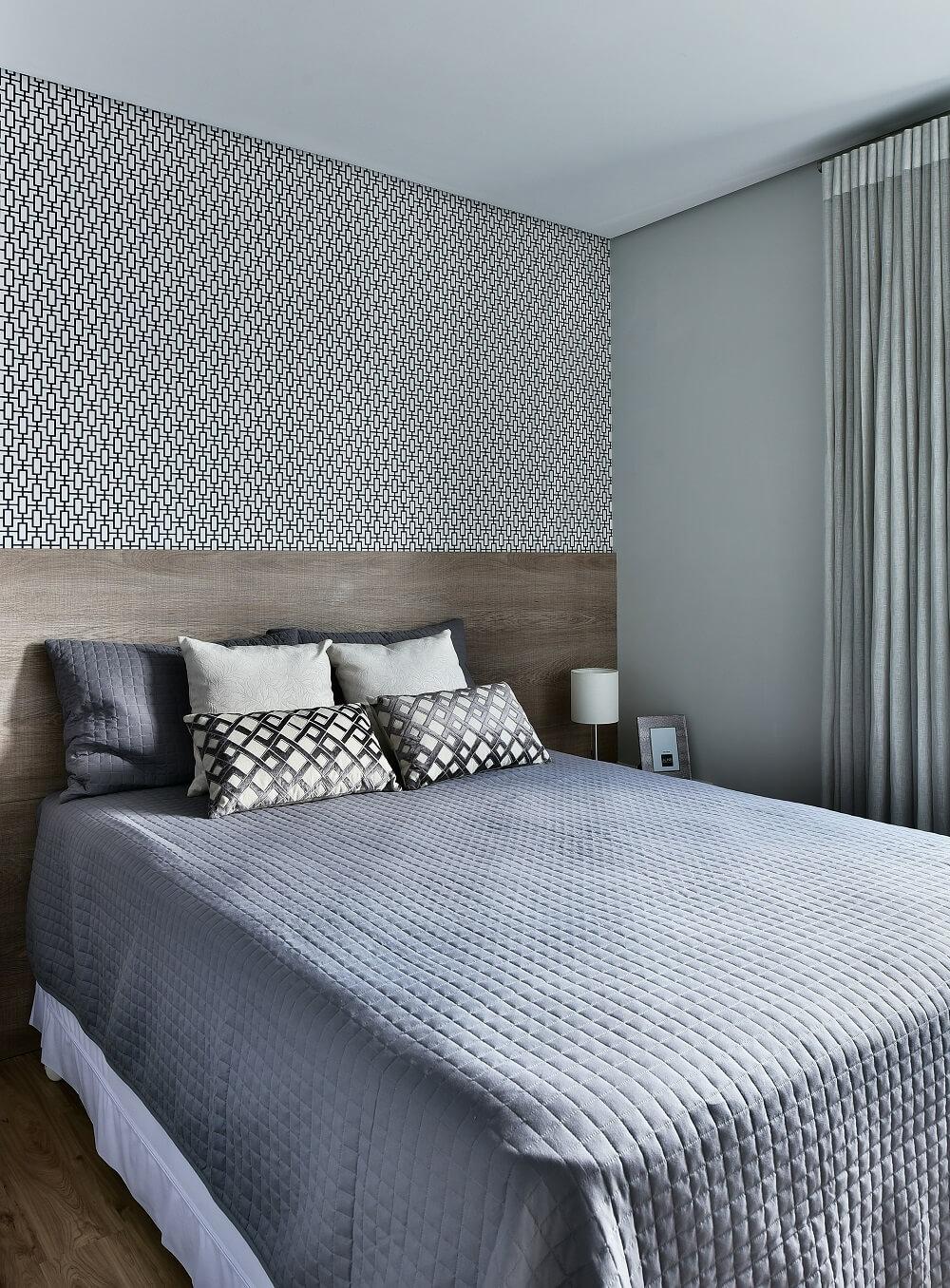 Le rideau en tissu gris clair permet une entrée partielle de la lumière naturelle dans la suite.  Photo: Poupée Sidney
