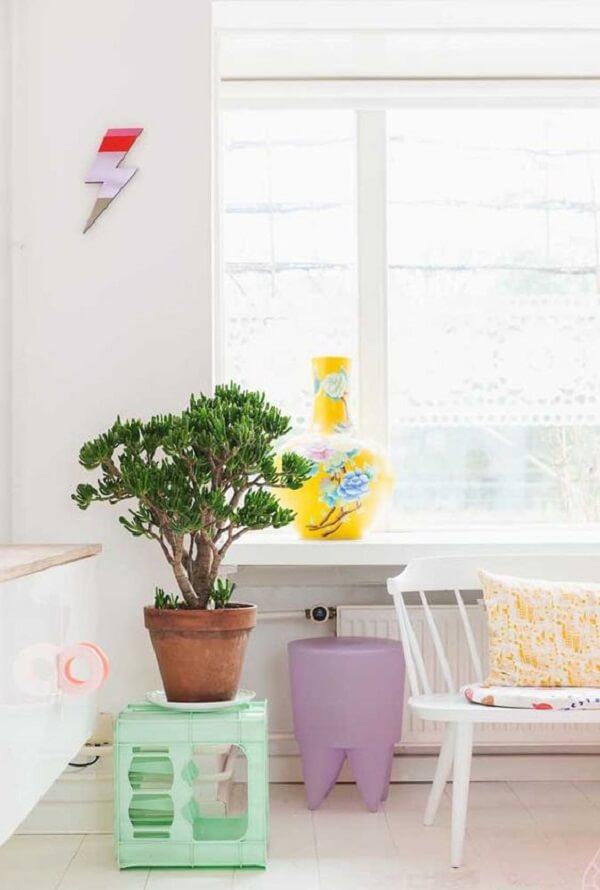 A decoração da janela pode ser feita a partir da composição de móveis mais baixos. Fonte: Reprodução