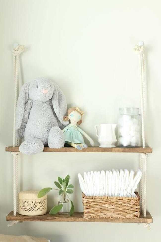 A decoração do quarto de bebê fica ainda mais especial na presença da prateleira de corda. Fonte: Etsy