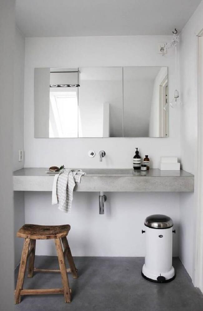 A espelheira ficou linda sobre a bancada de cimento queimado banheiro. Fonte: Pinterest