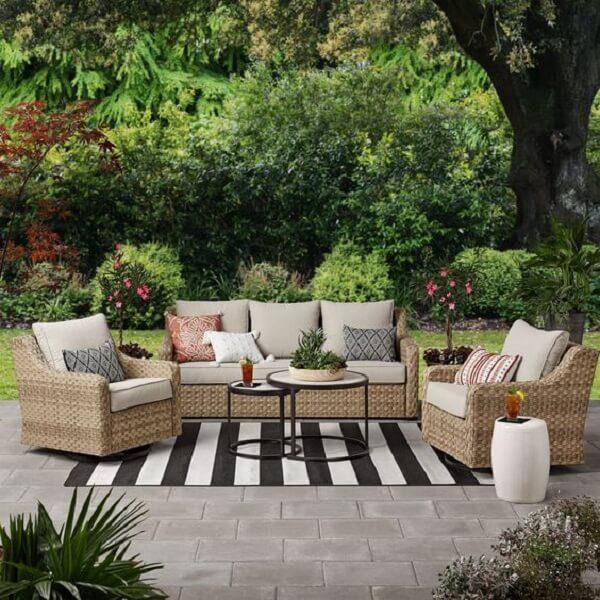 A fibra sintética é uma boa opção para o sofá de vime no jardim