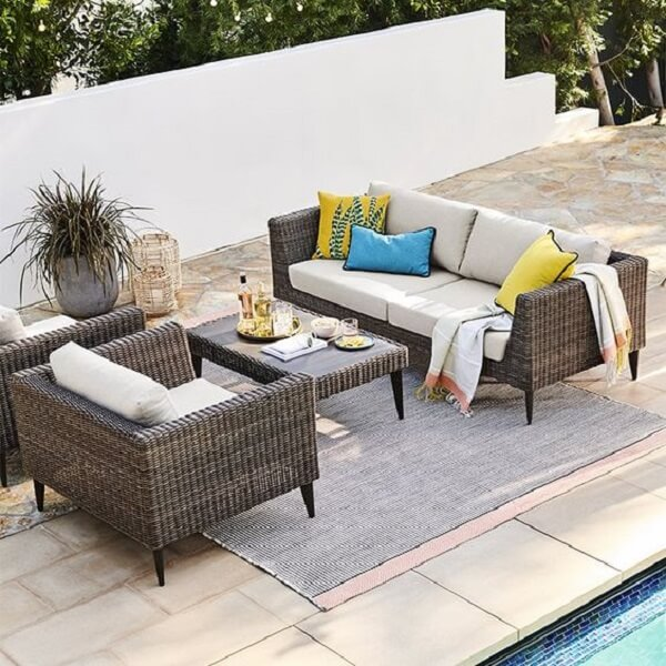 A mesa de centro tem o mesmo acabamento do sofá de vime