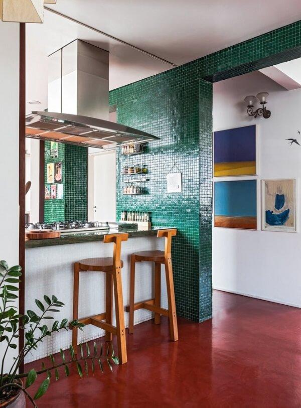 A pastilha verde da parede conversa de forma harmônica com o piso queimado colorido