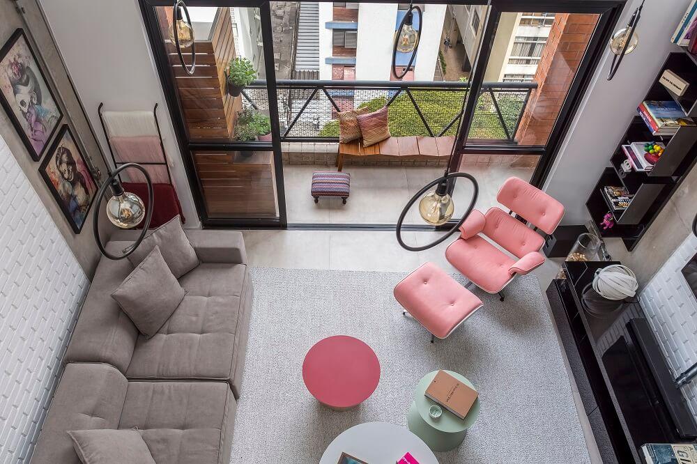 A poltrona Eames foi reformada para incorporar o tom rosa e essa transformação também se estende para uma das mesas de centro. Foto: JP Image