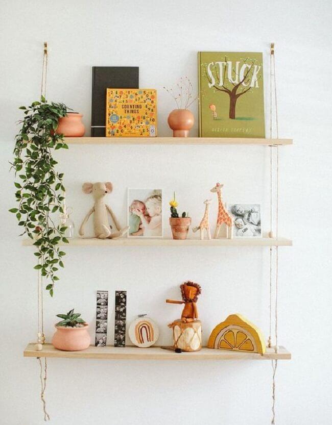A prateleira de corda é a grande protagonista no quarto infantil. Fonte: Pinterest