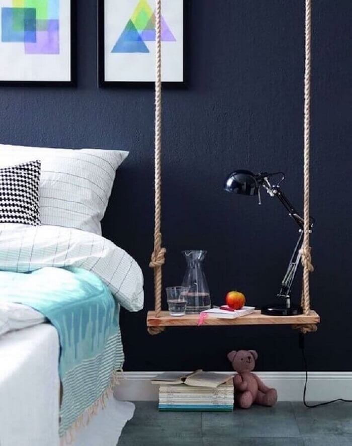 A prateleira de corda assumiu a posição do criado mudo do quarto. Fonte: Viajando no Apê