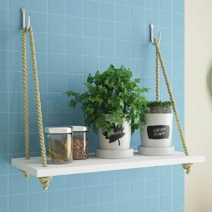 A prateleira de corda e madeira decora a cozinha e ajuda na organização de itens. Fonte: Pinterest