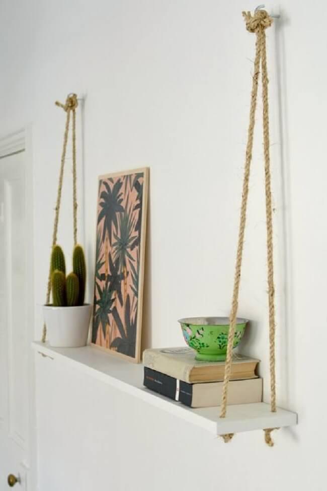 A prateleira de corda pode ser posicionada em diferentes cômodos da casa. Fonte: Pinterest
