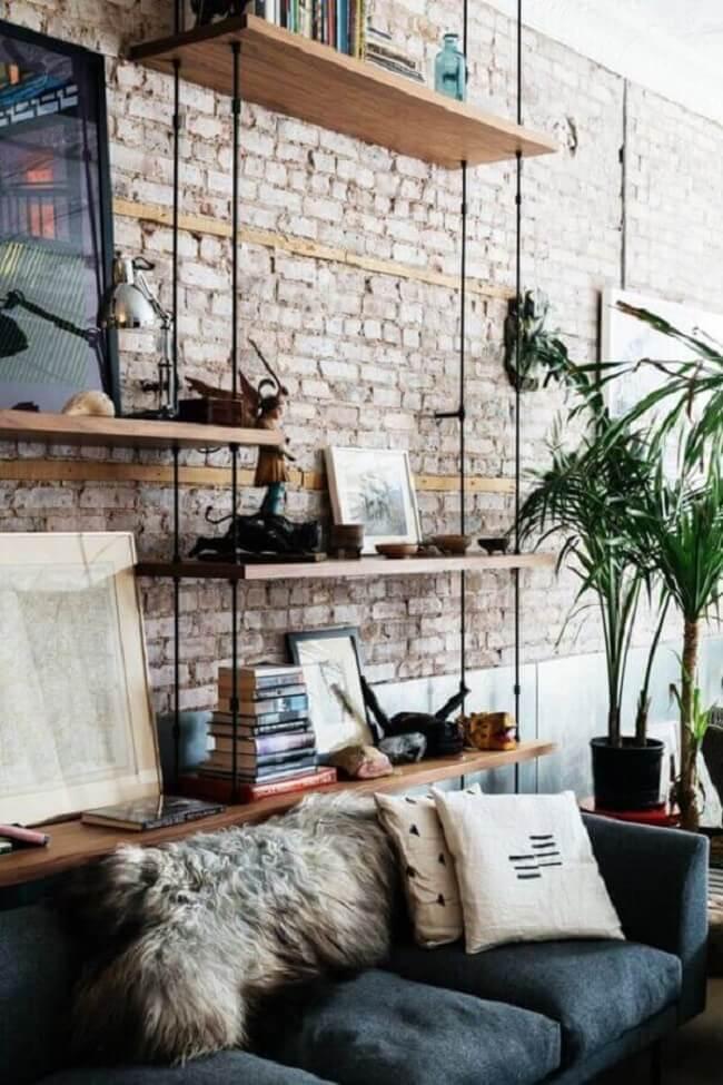 A prateleira de corda preta se destaca na parede de tijolinho aparente. Fonte: Pinterest