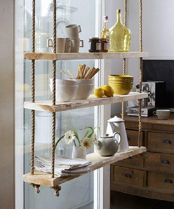 A prateleira de corda traz um charme a parte para a cozinha. Fonte: Pinterest