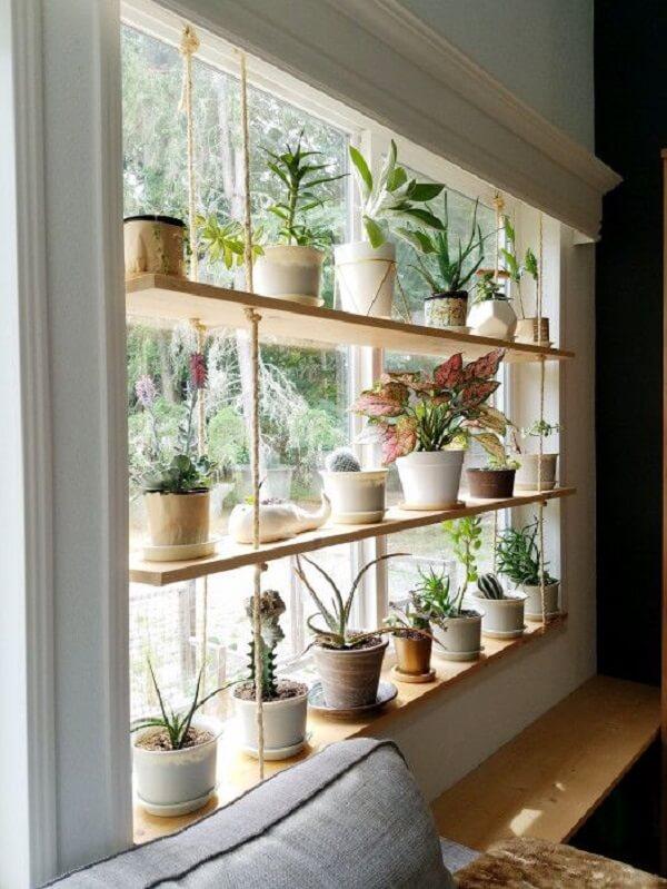 A prateleira suspensa serve de apoio para os vasos de plantas e ajuda na decoração da janela. Fonte: The Artful Roost