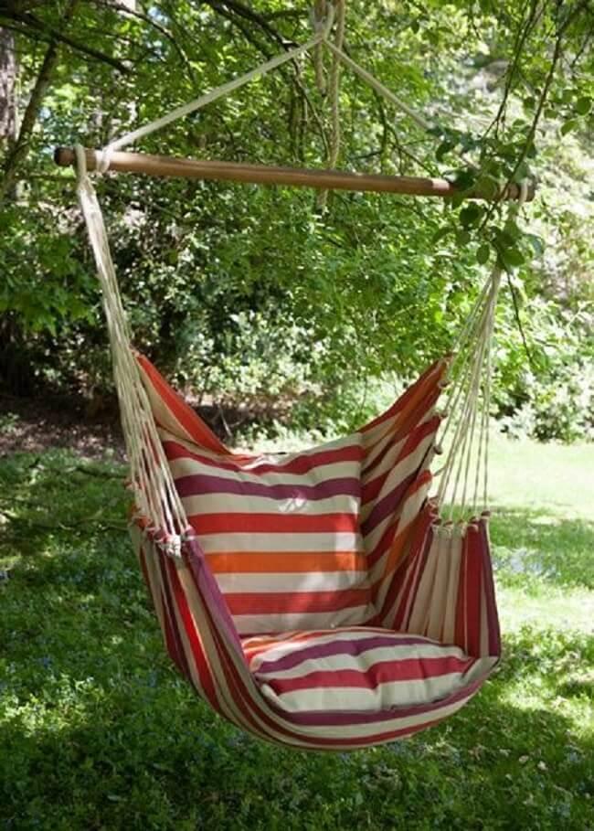 A rede cadeira pode ser fixada em uma galho firme de árvore