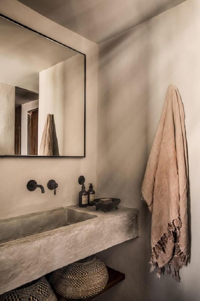A torneira preta combinada com a bancada de cimento queimado relação estilo industrial no ambiente. Fonte: Pinterest